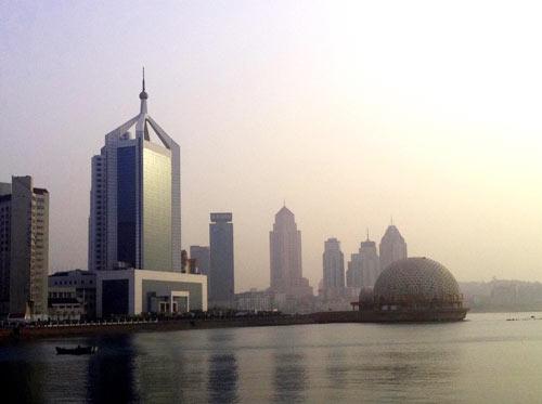 图(1) 圆形的海上皇宫延伸到大海里;高大的建筑大楼为海关大厦.